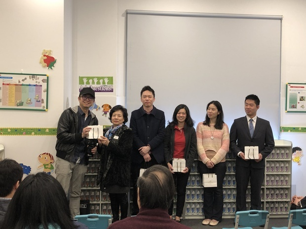 張吳雪娥致贈獎師及志工紀念品。