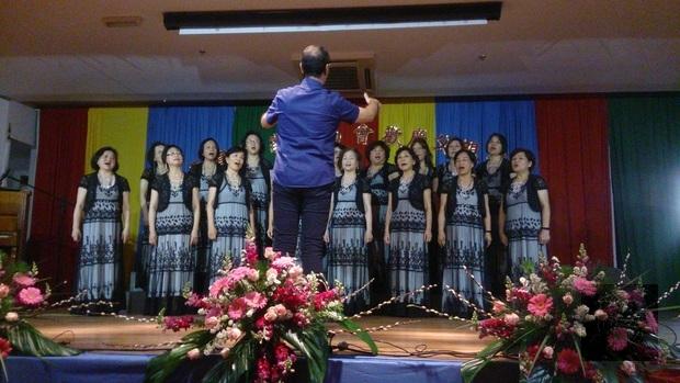 聖保羅中華會館婦女合唱團合唱「讚美之泉」、「我知誰掌管明天」。