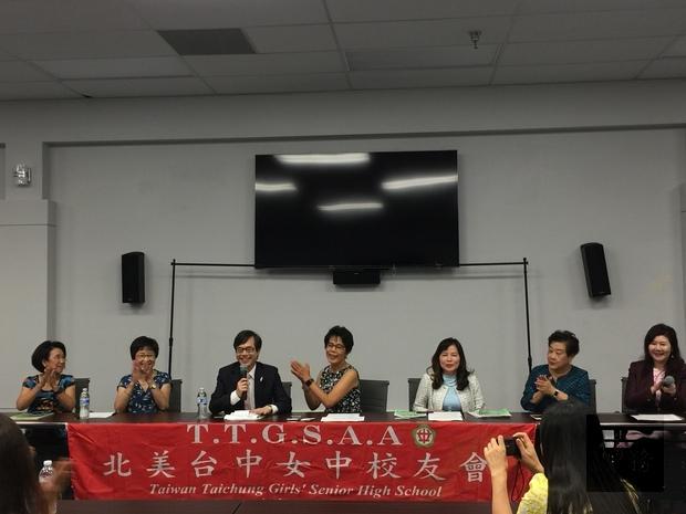 翁桂堂(左3)出席記者會與主辦單位互動熱絡。