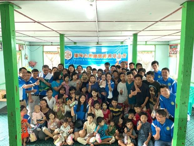 緬甸臺灣商貿會會員與院童合影。