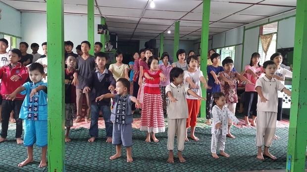 院童以歌聲歡迎臺灣商貿會會員的到來。