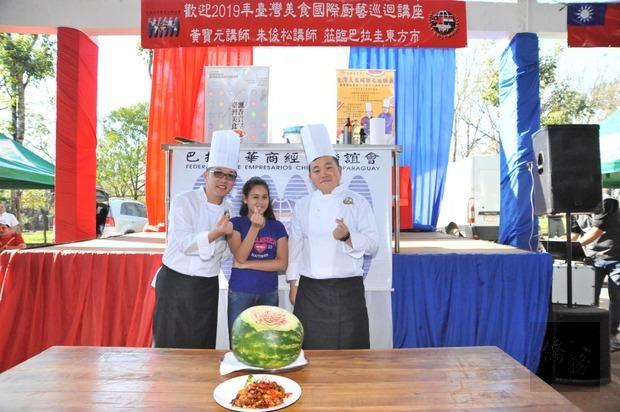 講座精彩展演與臺灣美食非凡的魅力,讓巴國粉絲們紛紛踴躍向前要求合照(手比愛心)。