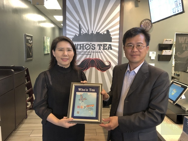 閻樹榮主任(右)頒發海外特約商店標誌給侯婷榕(左)