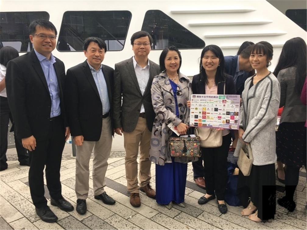 Culture Center of Taipei Economic and Cultural Office in Chicago helped members of the TJCCC apply for Overseas Compatriot Cards on site and encouraged stores to become specially engaged stores. The considerate service was praised.