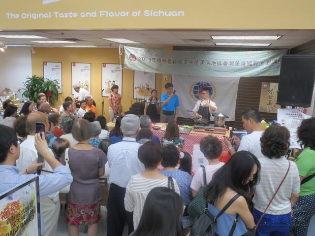 李建軒現場示範廚藝,很多僑胞現場攝影留下紀錄