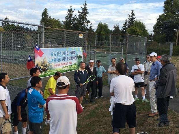 范國樞(右二戴帽)鼓勵鄉親藉由舉辦球賽,凝聚鄉親同慶雙十之向心