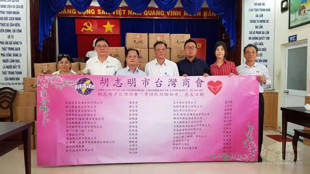 鄭文忠(左三)及林裕雄(右三)代表致贈物資。