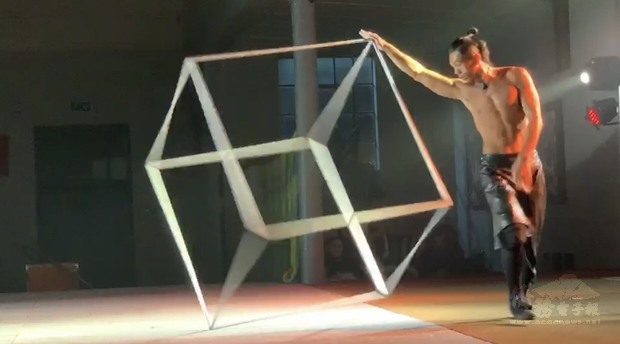 精彩特技「舞立方」,將整場演出帶入高潮。
