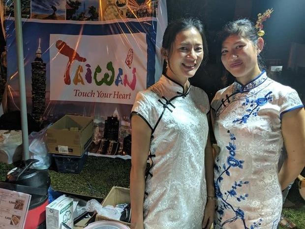 恩卡納西翁僑界急難救助協會財務長孫冰君(左)與胞妹孫冰潔換上旗袍,成為書展臺灣攤位注目嬌點。