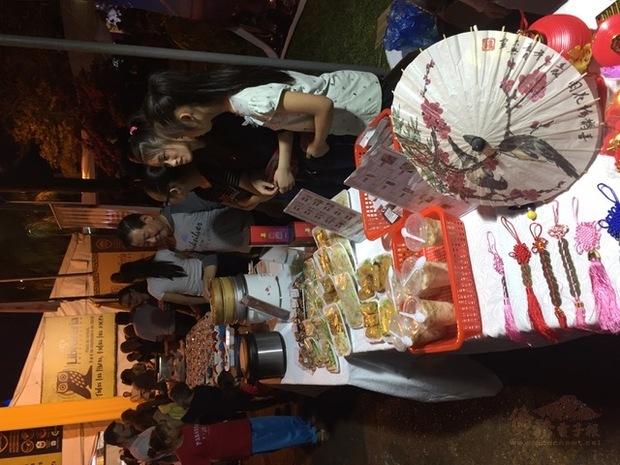 除了書籍與文物展出,鄉親們更準備了多樣臺灣美食,吸引民眾佇足。