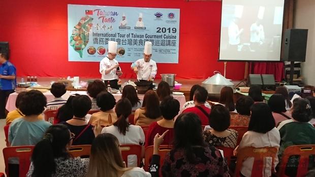 兩位主廚為棉蘭地區僑胞示範料理過程。