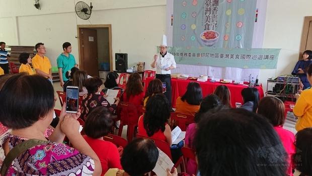 鍾易庭介紹食材準備與料理重點。