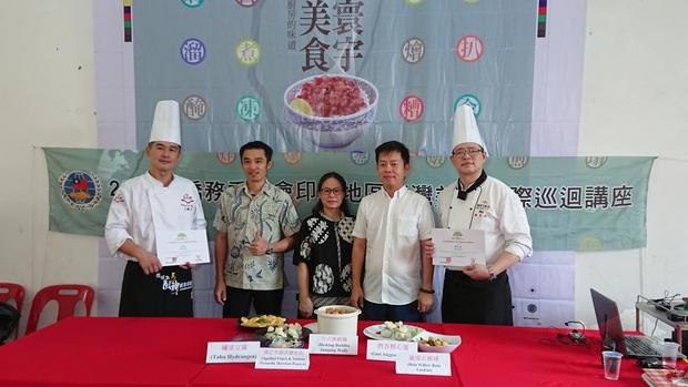 黃幸娟(中者)與蘇思人(右二)致頒感謝狀予兩位主廚。
