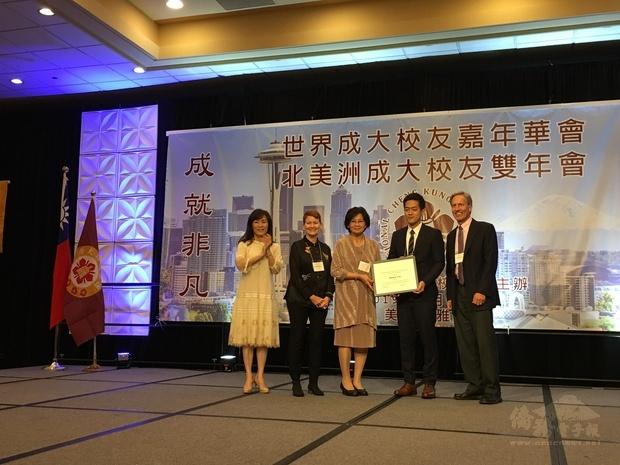 廖保和遺孀廖美雅(中)頒發「廖保和獎學金」。