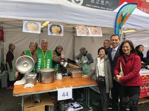 林起文夫婦及張吳雪娥前往臺灣同鄉會攤位為鄉親加油。