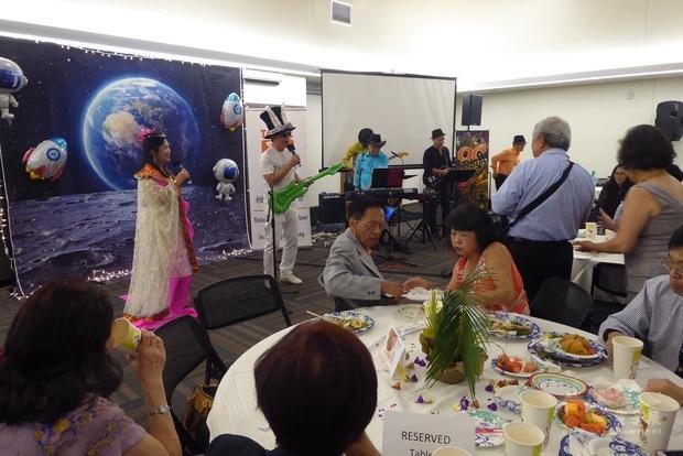 陳鳳桃扮裝表演嫦娥奔月,趣味性十足,博得滿堂歡笑聲。