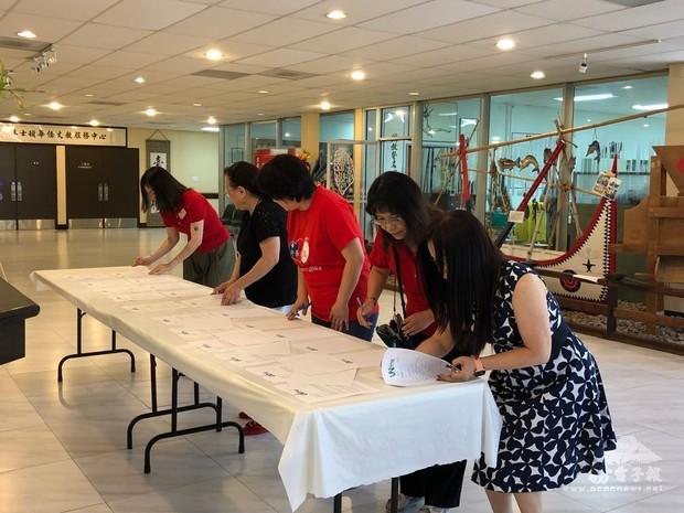 文教中心在中心大廳設立攤位共僑胞簽請願信。