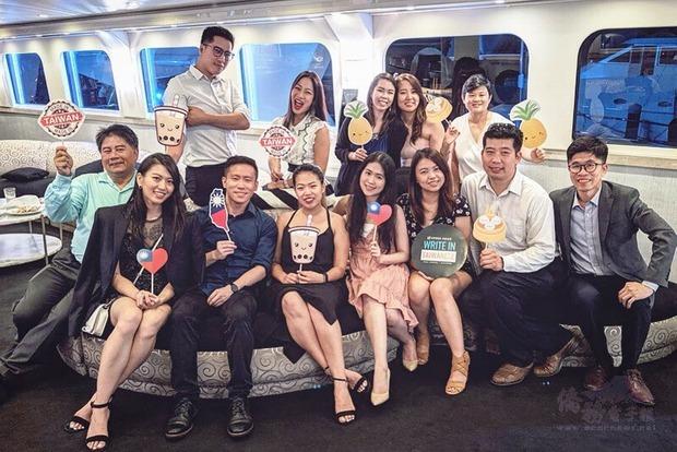 李展全(一排右一)應邀出席年度晚會,與臺美菁英協會橙縣分會理事們歡聚一堂。