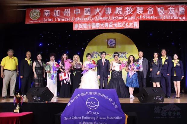 翁桂堂(右7)應邀頒獎。