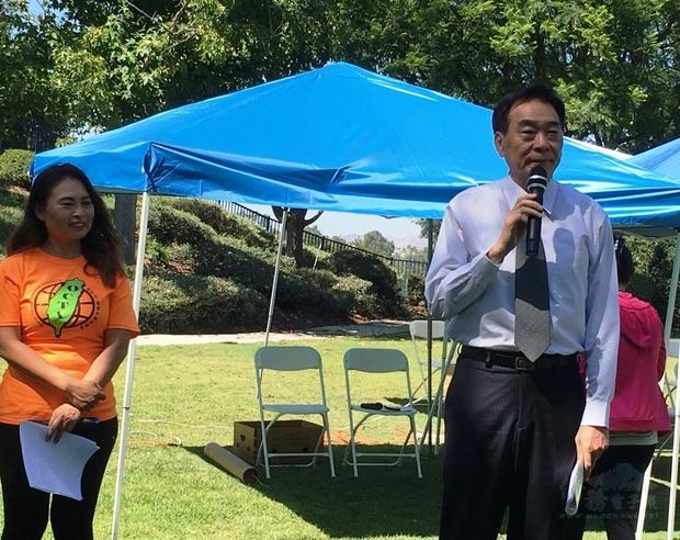 蔣翼鵬(右)感謝橙縣僑界的聯合聲援,他表示,針對聯合國「永續發展目標」,臺灣有意願、也有能力做出實質貢獻。圖左為柑縣臺灣同鄉會長張慧玲。