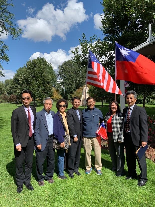 李盈興(中)及蘇上傑(左1)與榮譽職人員及當地政要合影。