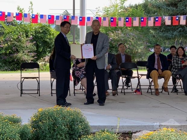 李盈興頒發榮譽職聘書予吳結興。