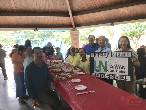 僑教中心主任傅瑾玲及僑胞宣導支持台灣加入聯合國