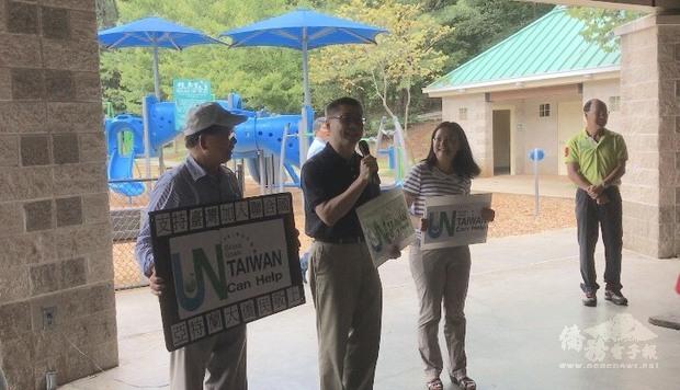 右1僑教中心傅瑾玲主任, 右2辦事處副處長洪中明宣導台灣加入聯合國