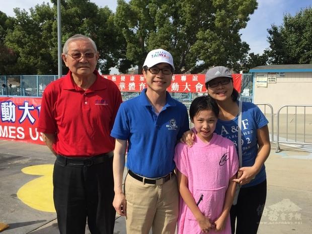 翁桂堂(左2)為最年幼參賽者打氣,鼓勵年輕學子培養良好運動習慣。