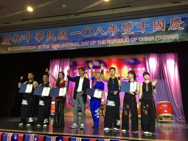 朱文祥(左4)頒贈感謝狀,鼓勵表演團體精彩演出。