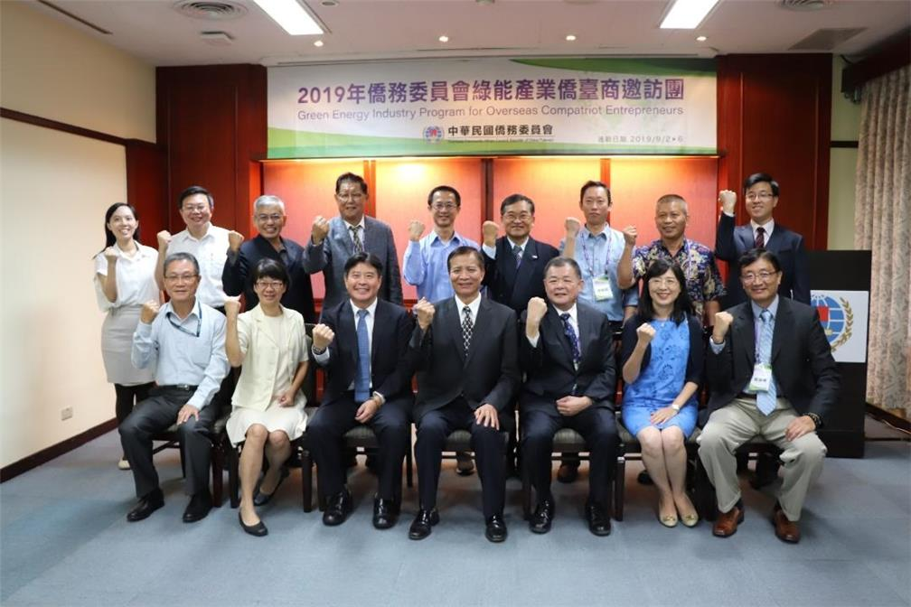OCAC Deputy Minister Kao Chien-chih hosted the closing cereminy and was photographed with participants