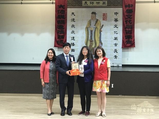 馬鍾麟(左2)、蘇淑蓉(左1)與獲獎教師合影。