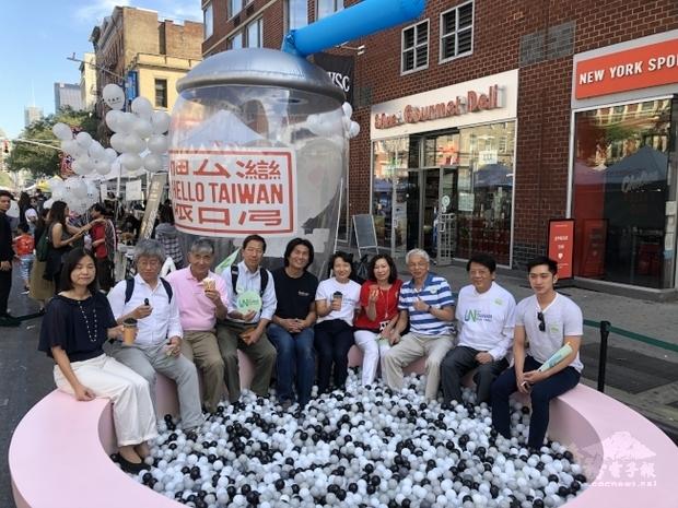 立法院陳靜敏委員(右4)與駐紐約辦事處徐儷文大使(右5)等人在第3屆紐約珍珠奶茶節現場擺放的大型珍珠池及超大珍奶杯前合影