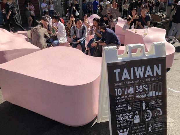展示「臺灣加入聯合國系列活動」戶外板塊裝置藝術展,讓國際社會更加認識臺灣民主發展歷程
