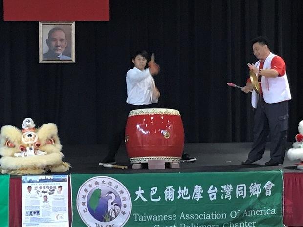 王宏隆現場傳授舞獅技巧。