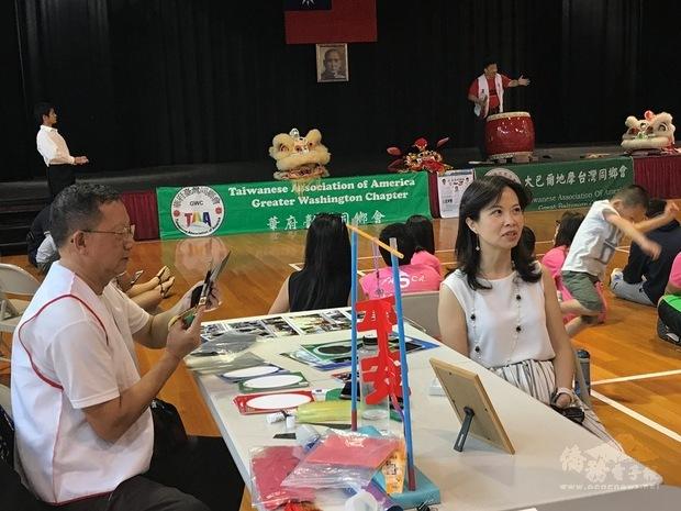 陳正淳展現人形輪廓速剪紙藝。