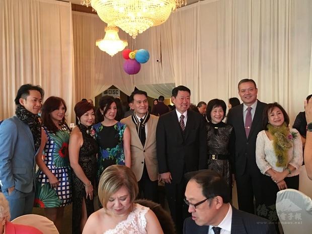 來自香港及臺灣專業歌手(左一及二)專程應邀與會,共襄盛舉。