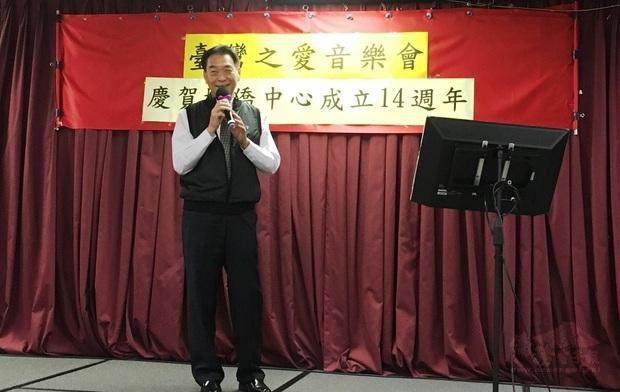 橙縣文教中心主任蔣翼鵬高歌黃俊雄布袋戲主題曲「可愛的馬」,博得滿堂彩。