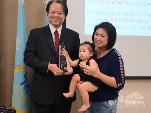 NHRI research fellow Chow Yen-hung (left)/Photo courtesy of CNA