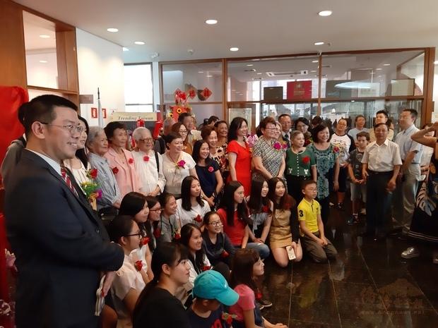 出席開幕式的參展師生與詹前校(左1)合影留念,共同慶祝中華民國生日快樂。