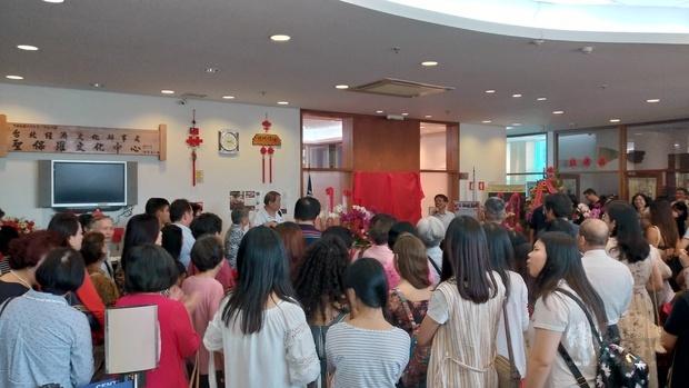 超過200人前來文教中心展覽廳參加開幕式,現場人聲鼎沸。