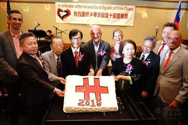 翁桂堂及貴賓共同慶祝中華民國雙十國慶
