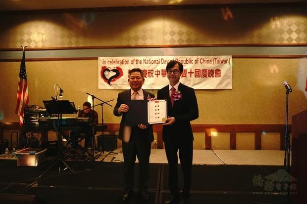 翁桂堂致頒感謝狀,肯定主辦單位亞歷桑納州中華總會的辛勞。