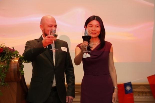 駐芬蘭代表張秀禎(右)與芬蘭國會友台小組主席凱爾納(左)在國慶酒會上共同舉杯,祝賀中華民國生日快樂。(駐芬蘭代表處提供)