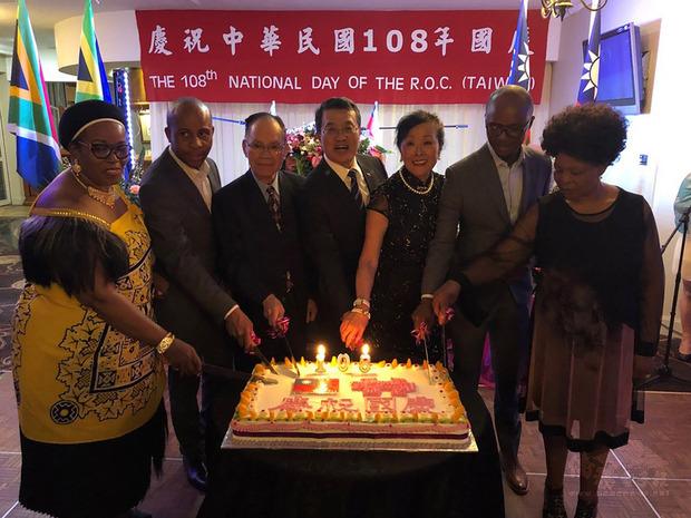 駐南非代表處7日晚間在斐京聖丘嶺俱樂部舉辦中華民國108年國慶酒會。圖為駐南非代表周唯中(右4)與夫人以及嘉賓切國慶蛋糕。(駐南非代表處提供)