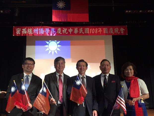 出席貴賓合影:左起:王偉讚、張正義、陳彥夆、李維灝僑務諮詢委員、傅曼玲僑務顧問