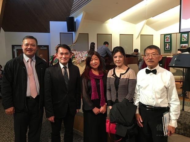 陳敏永(左一)、陳志賢(左二)、周昭亮(右一)及王妙菁(右二)到場祝賀。