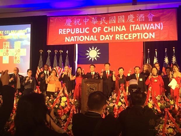 范國樞(前排右五)強調臺灣自由、民主及人權核心價值,已成為亞洲國家典範。