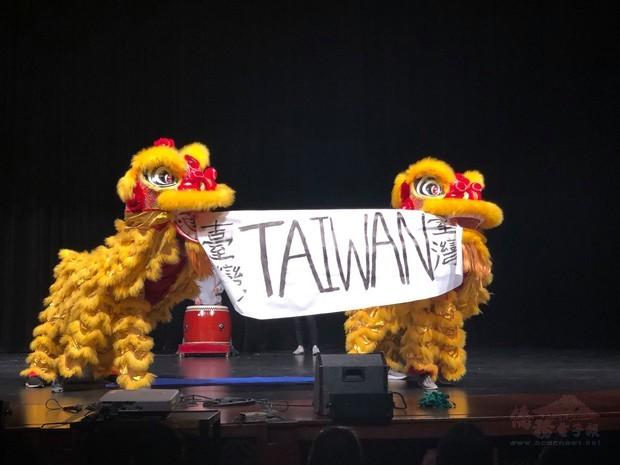芝加哥青年文化大使(FASCA)演出舞龍、舞獅及三太子宣揚臺灣。