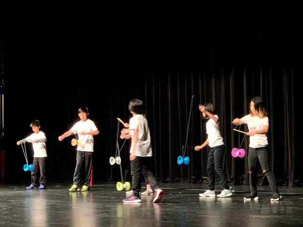 芝北中文學校扯鈴團學生演出。